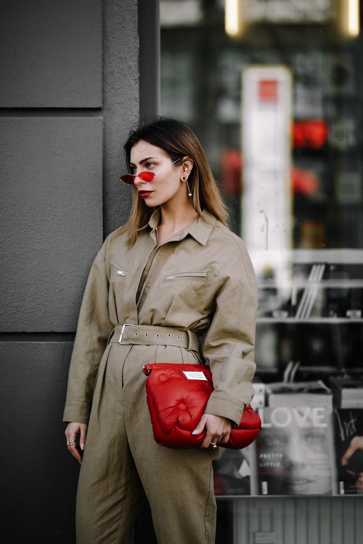 Túi xách đỏ cầm tay và mắt kính retro đỏ