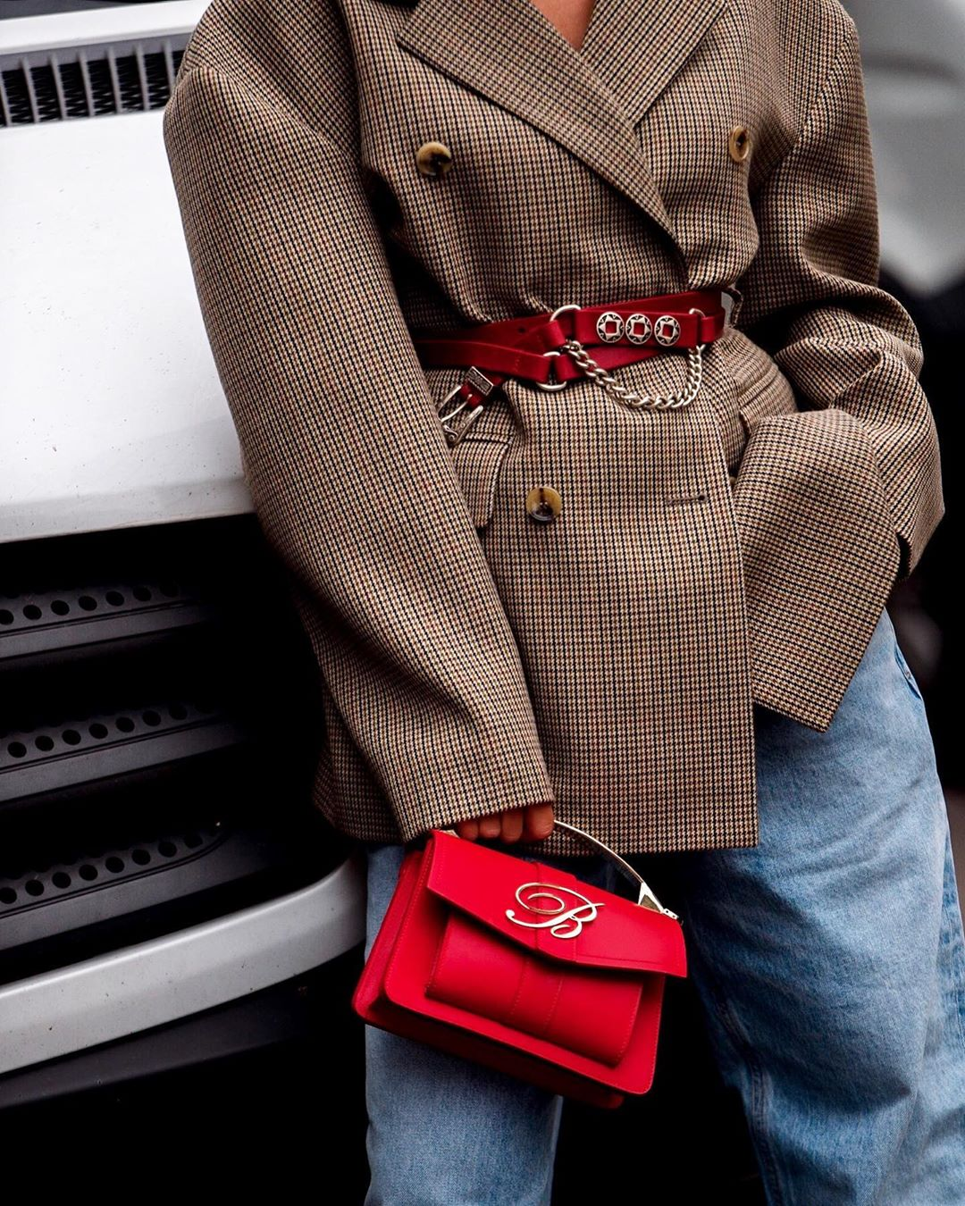 Túi xách đỏ, áo blazer kẻ ô