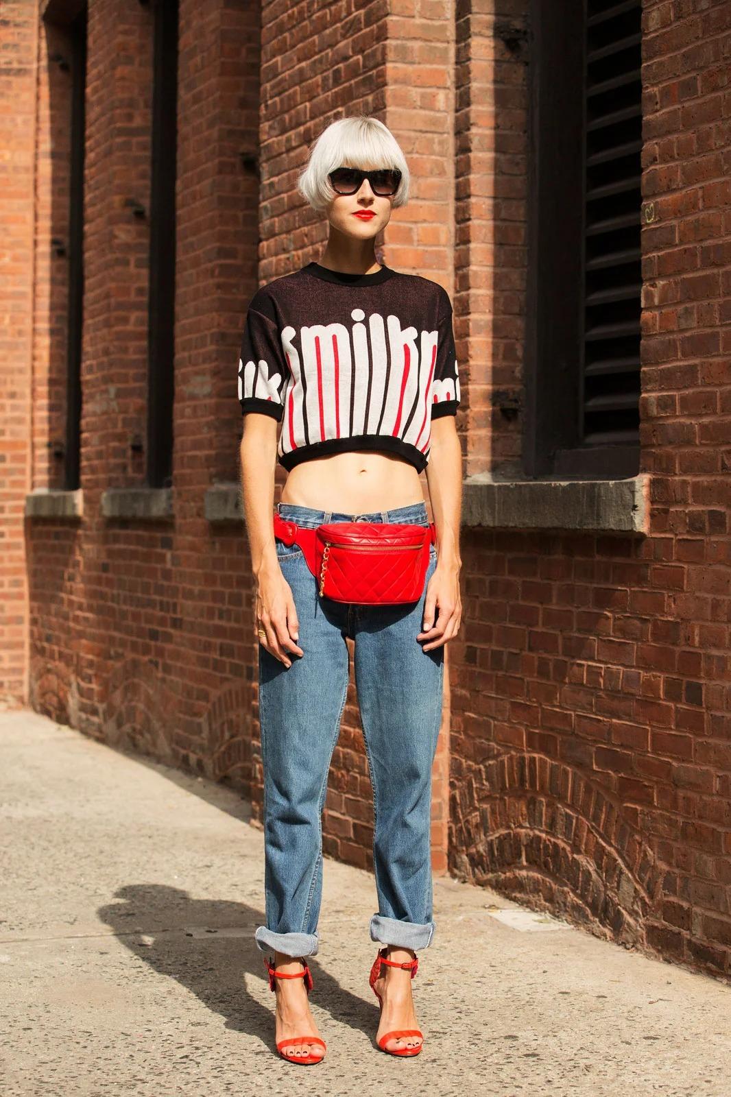 Túi đỏ đeo thắt lưng, quần jeans boyfriend và áo croptop đen