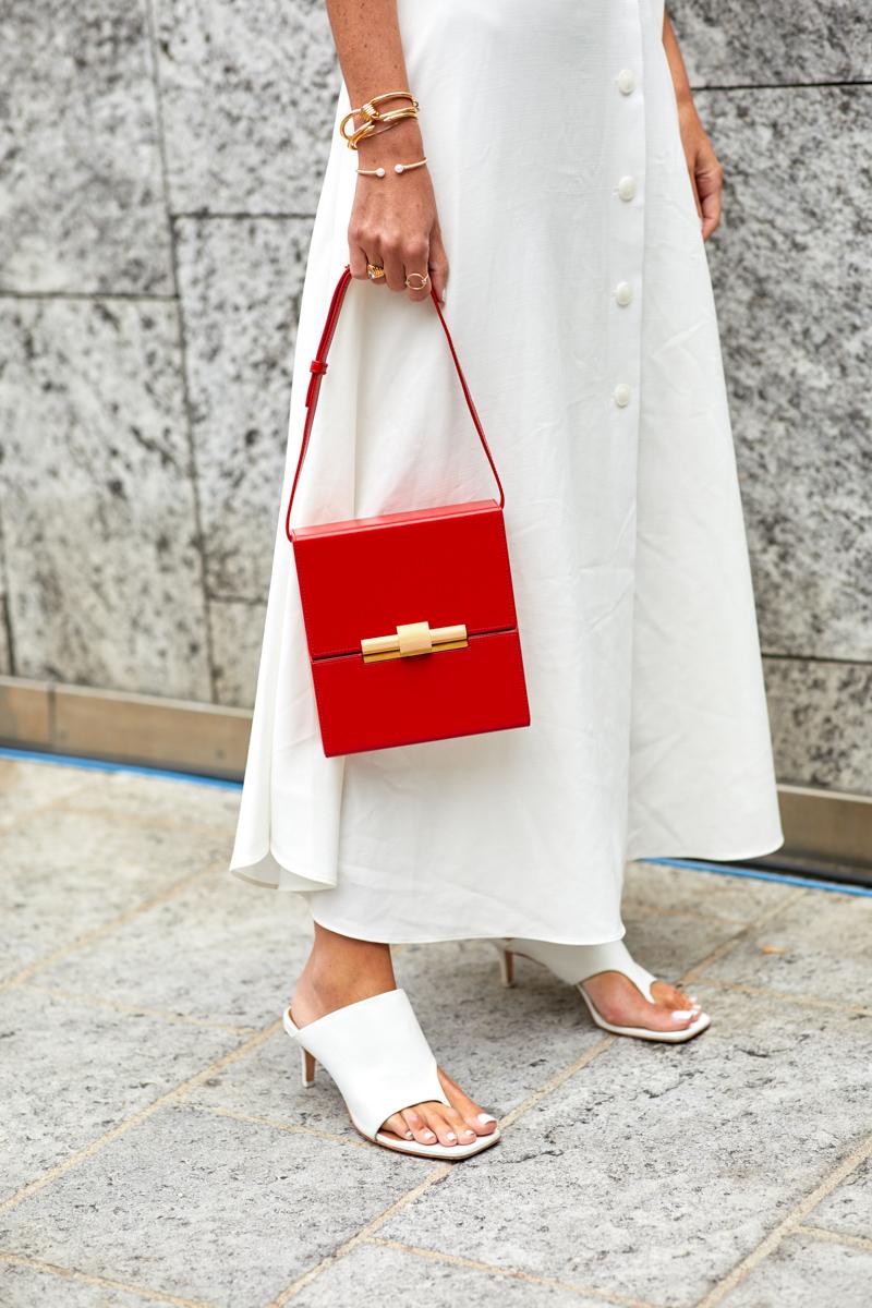 Túi xách đỏ dạng hộp vuông cổ điển