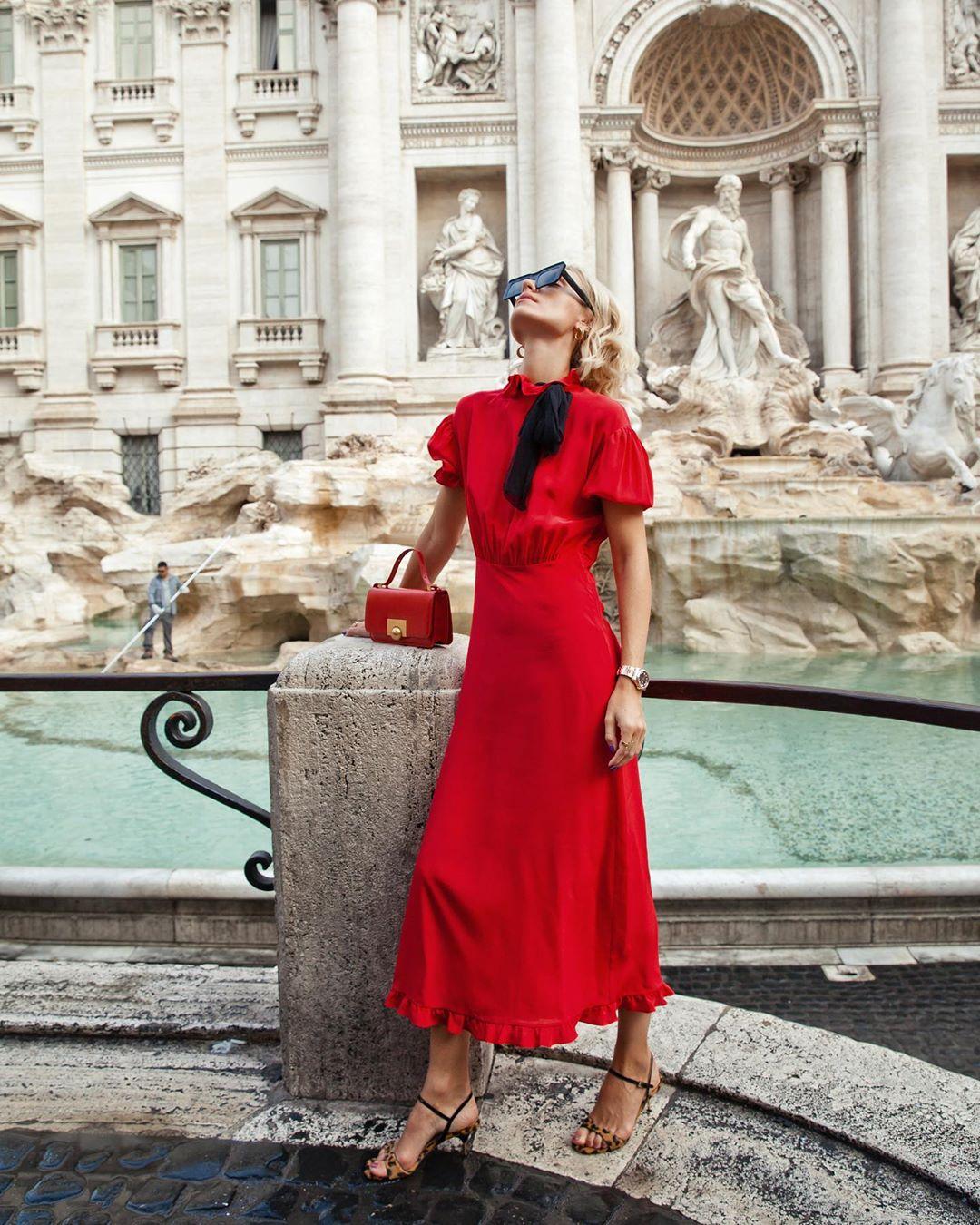 Đầm midi màu đỏ và túi xách đỏ