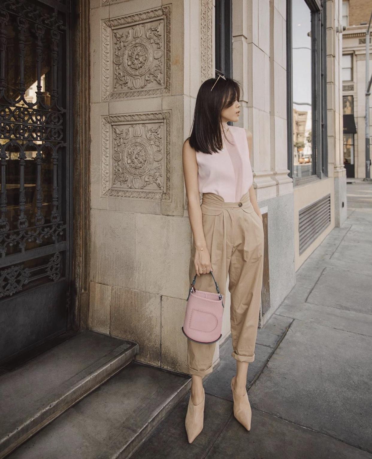 Jenny Suet In Tsang phối áo và túi cùng màu cho phong cách tối giản
