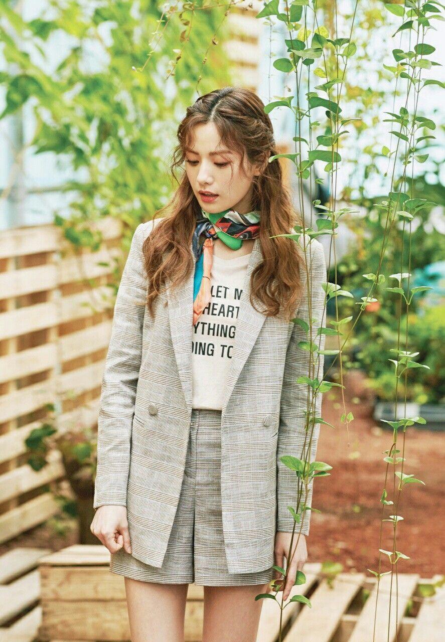 Nana đeo khăn choàng cổ nhiều màu cho phong cách tối giản