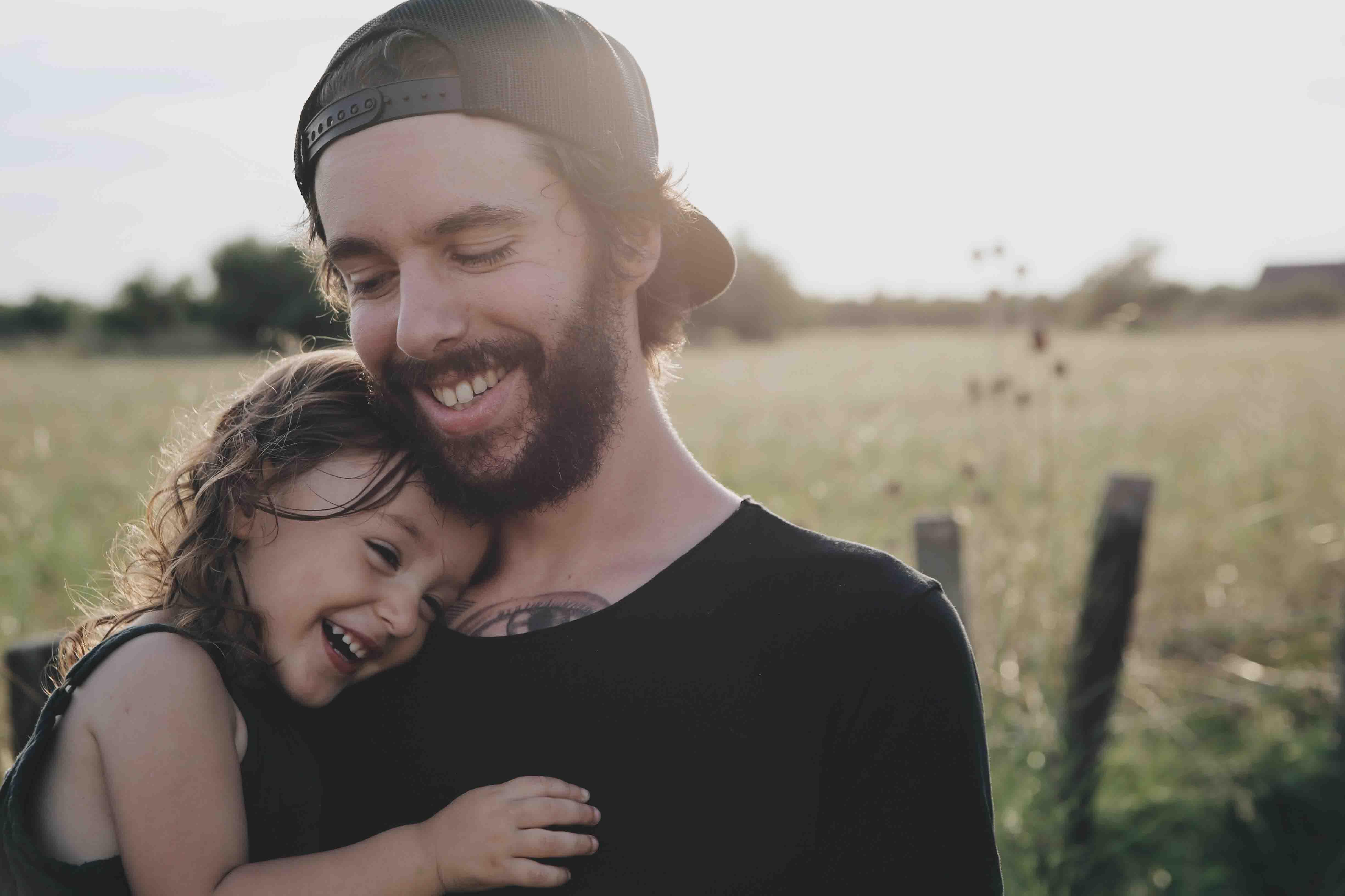 cha và con gái trên cánh đồng