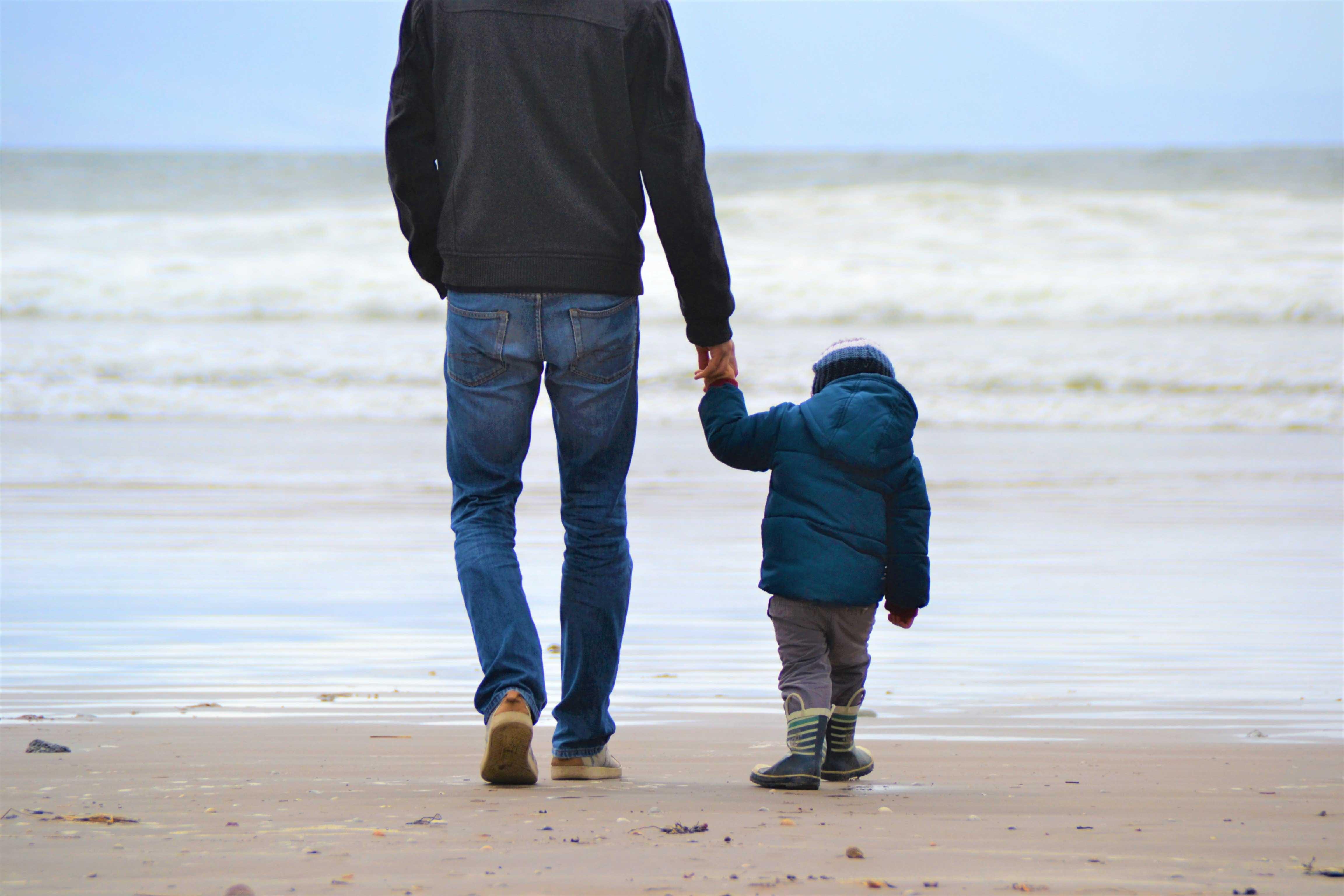 cha va con trai bên bờ biển