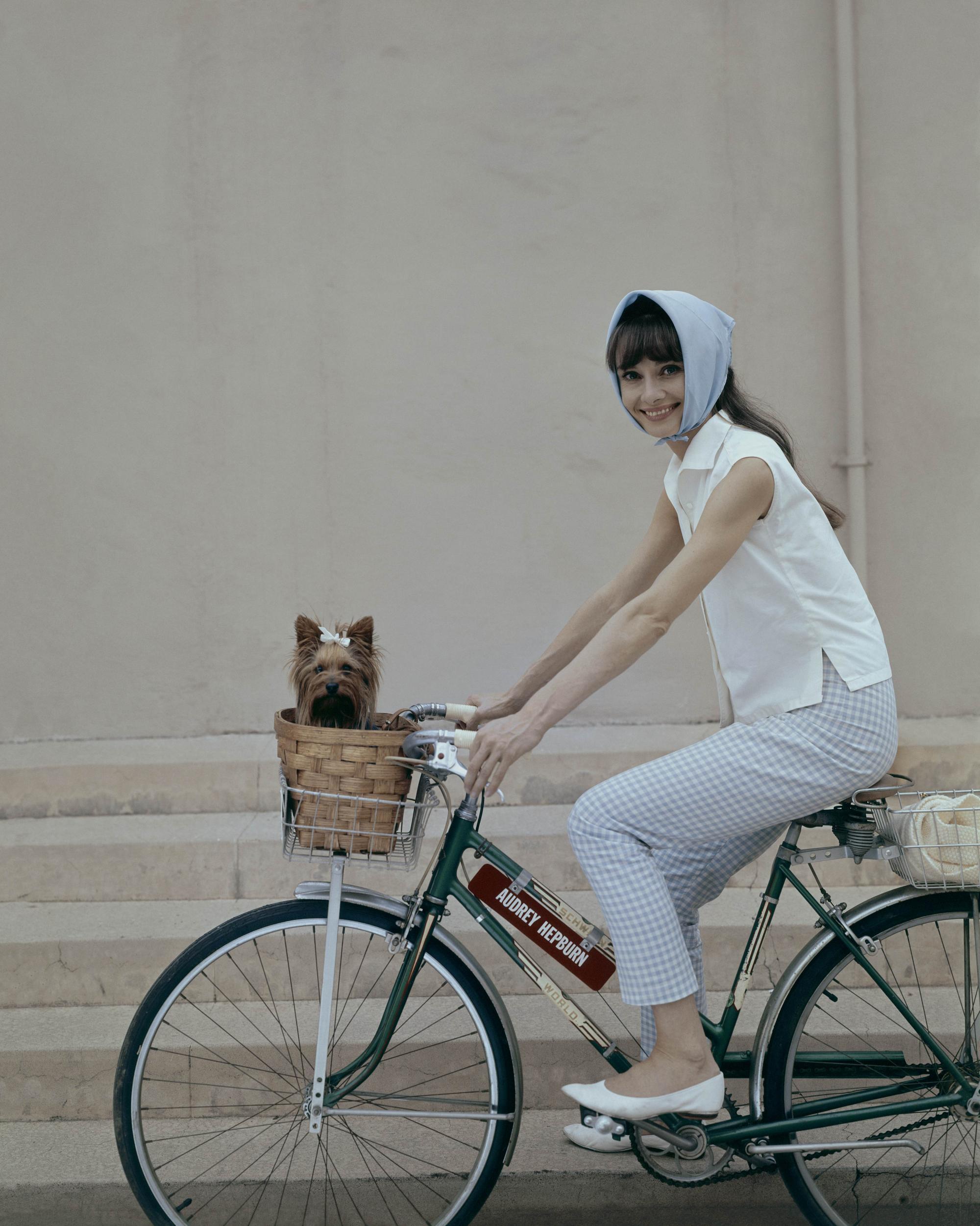Thời trang Hè - Audrey Hepburn mặc áo sơ mi trắng, quần kẻ ô, quấn khăn lụa