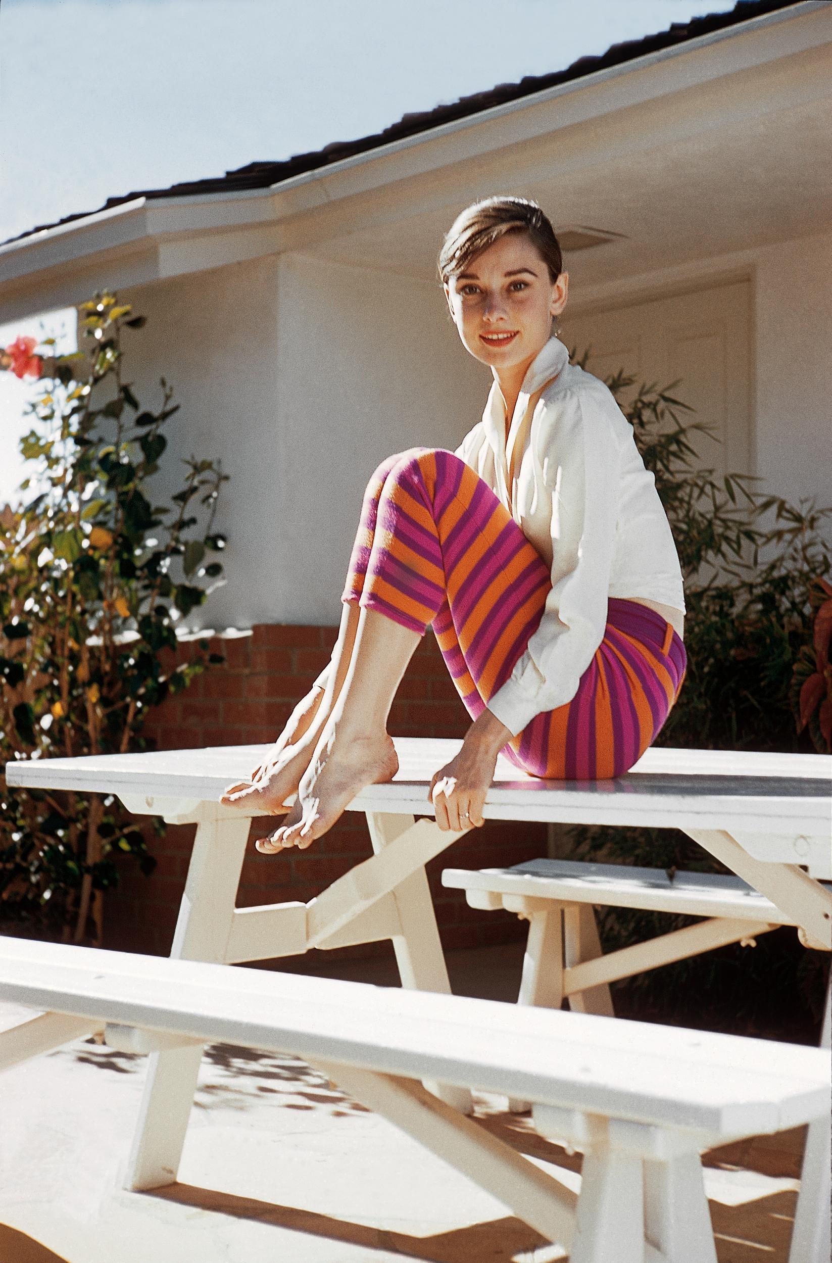 Thời trang Hè - Audrey Hepburn mặc áo sơ mi trắng và quần kẻ sọc màu sắc