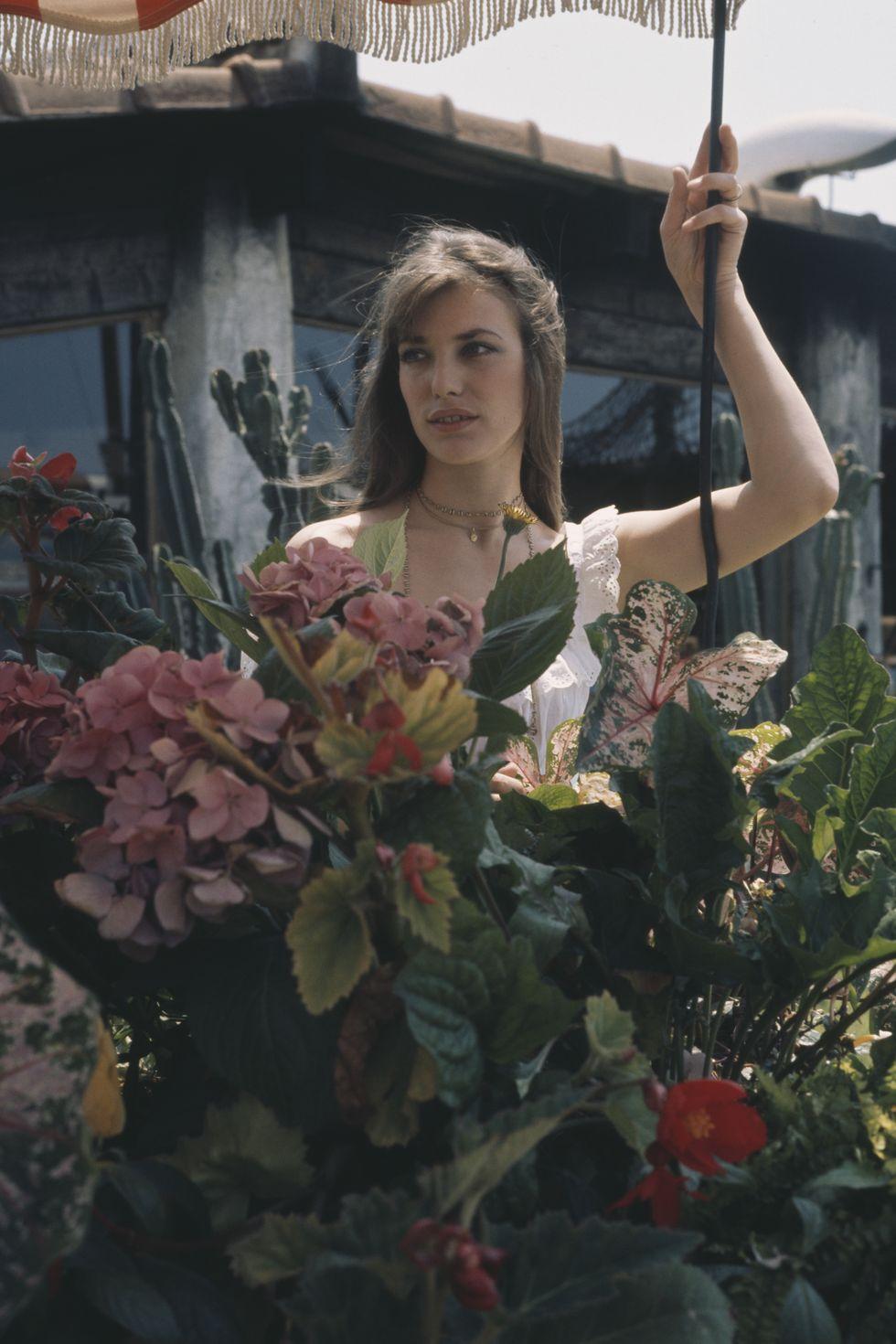 Thời trang Hè - Jane Birkin đeo vòng choker mảnh
