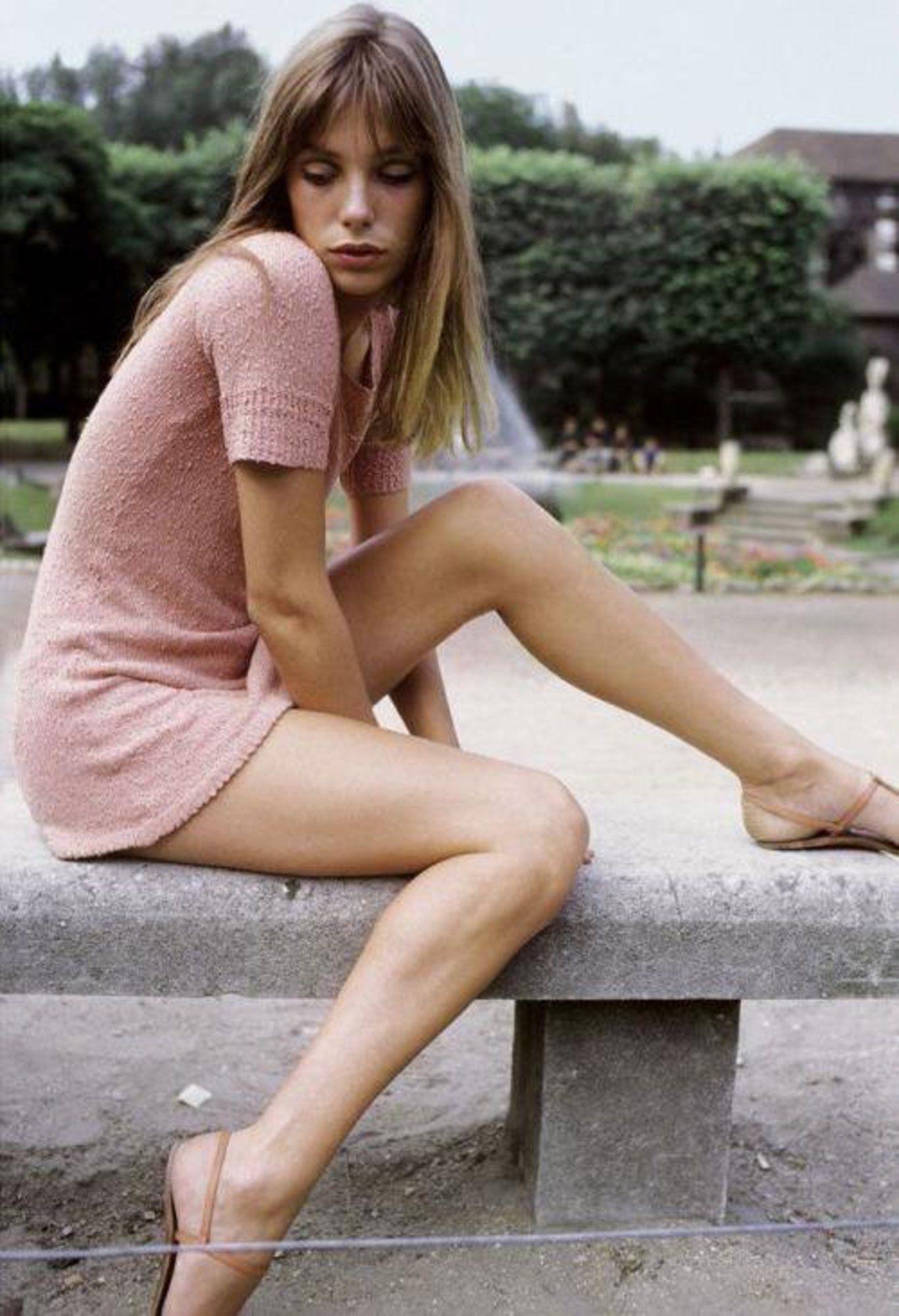 Thời trang Hè - Jane Birkin mặc đầm ngắn màu hồng nhạt