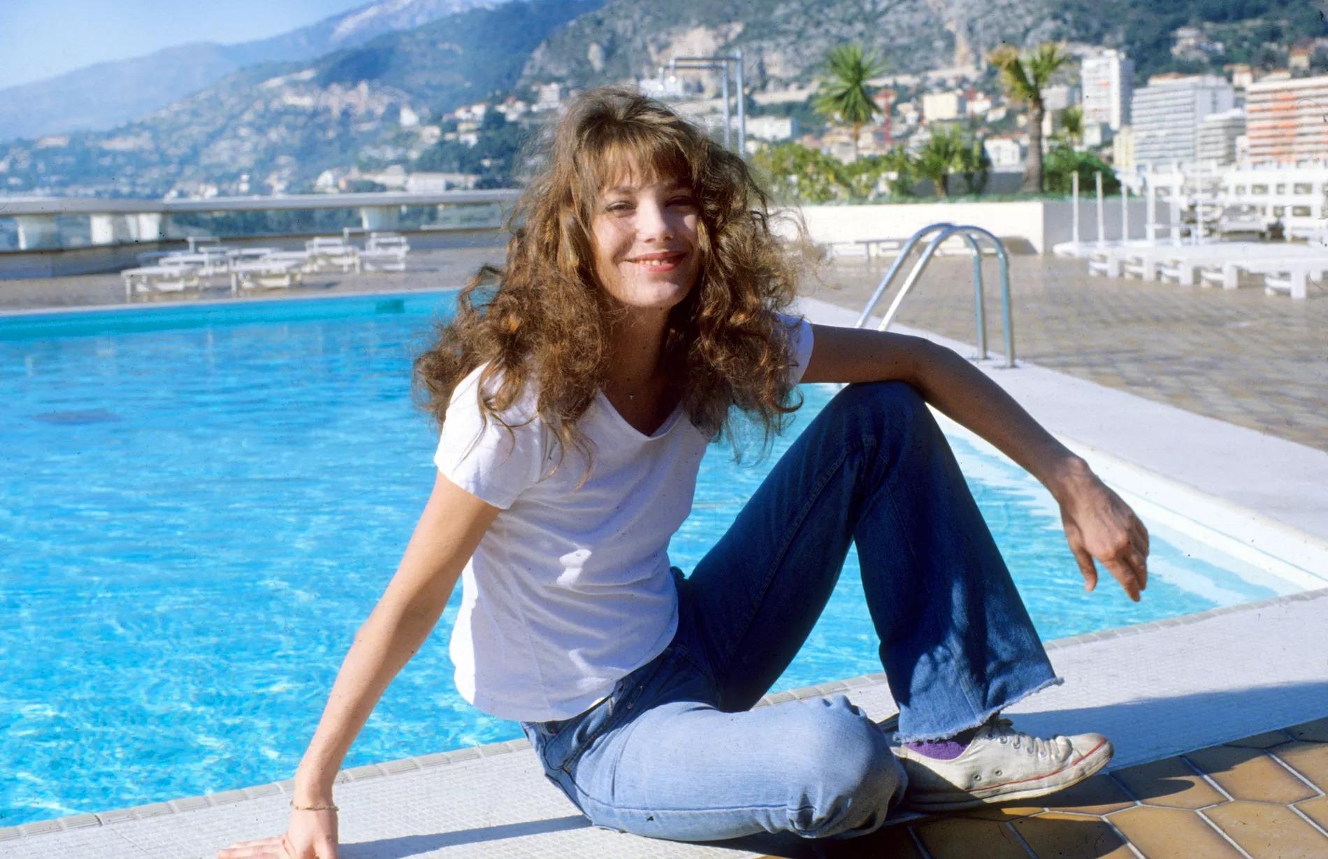 Thời trang Hè - Jane Birkin mặc áo thun quần jeans ống loe