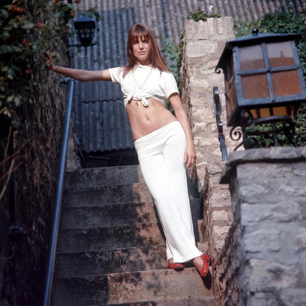 Thời trang Hè - Jane Birkin mặc áo thun trắng và quần ống loe trắng, giày búp bê đỏ