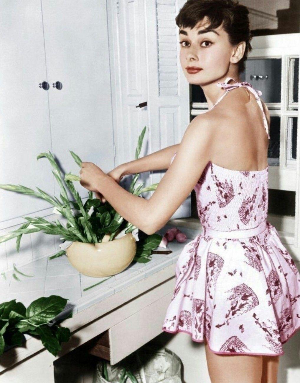 Thời trang Hè - Audrey Hepburn mặc đầm yếm in họa tiết