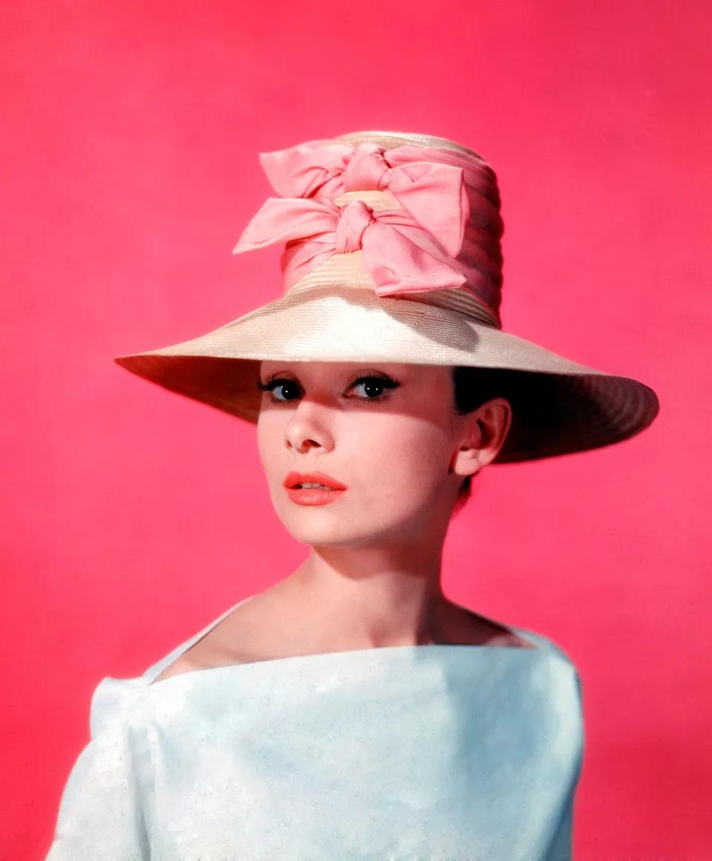 Thời trang Hè - Audrey Hepburn đội mũ cói thắt nơ hồng