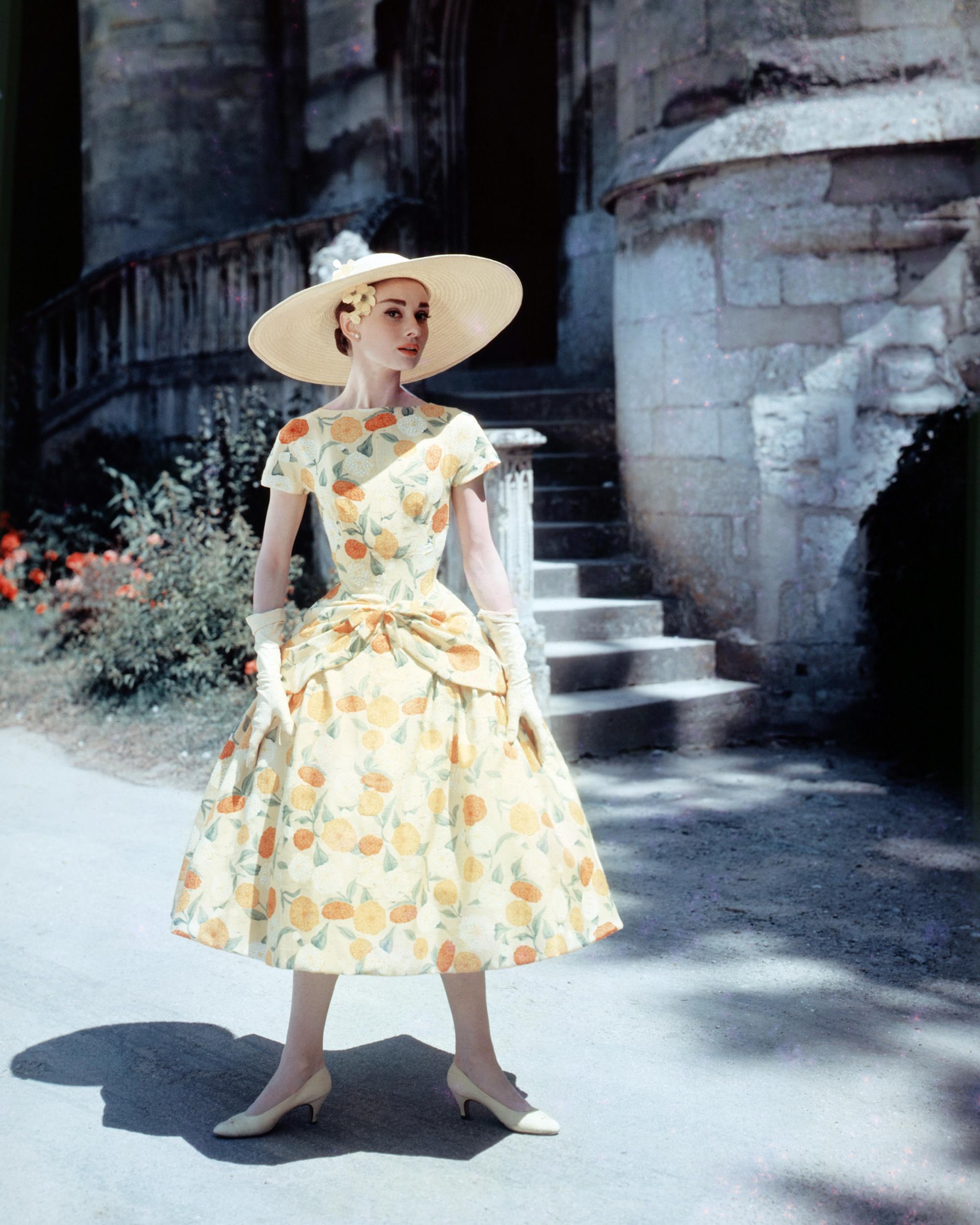 Thời trang Hè - Audrey Hepburn mặc đầm xòe in hoa và đội mũ cói rộng vành