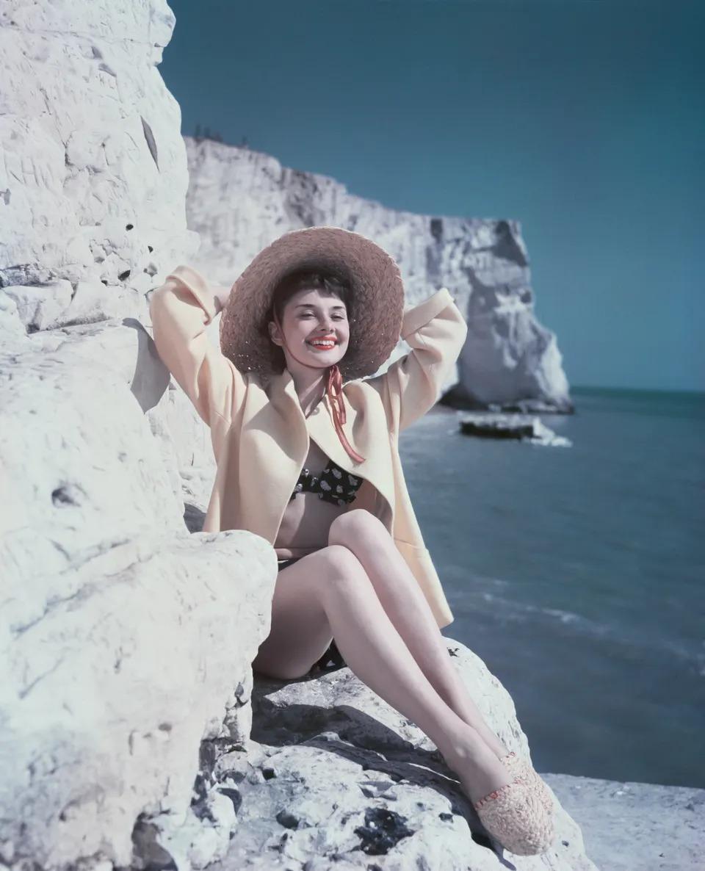 Thời trang Hè - Audrey Hepburn mặc đồ bơi, đội mũ cói