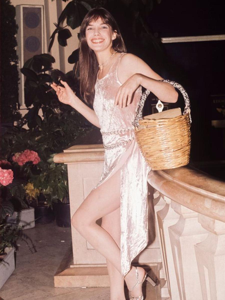 Thời trang Hè - Jane Birkin mặc đầm nhung xách túi cói