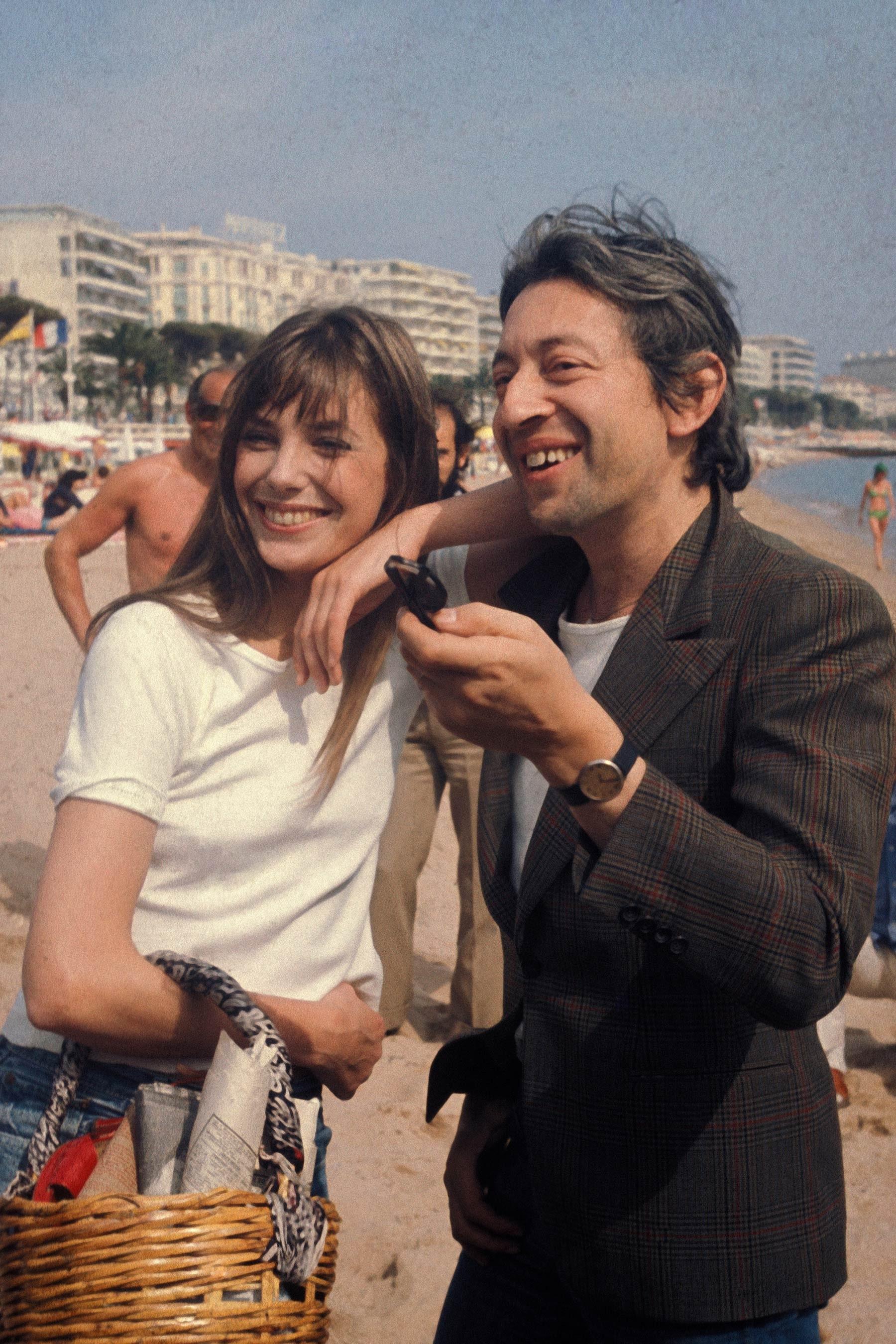 Thời trang Hè - Jane Birkin mặc áo thun trắng xách túi cói