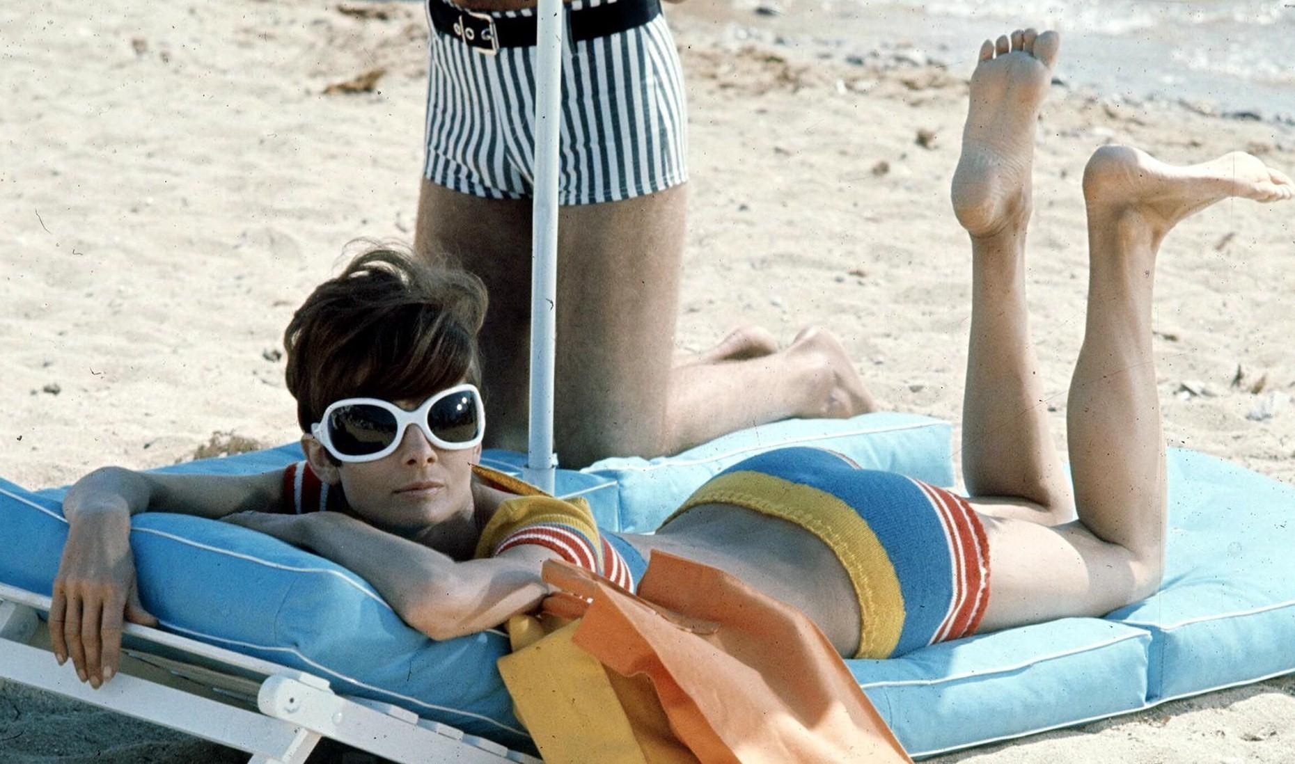 Thời trang Hè - Audrey Hepburn mặc đồ bơi kẻ sọc, đeo kính râm to bản