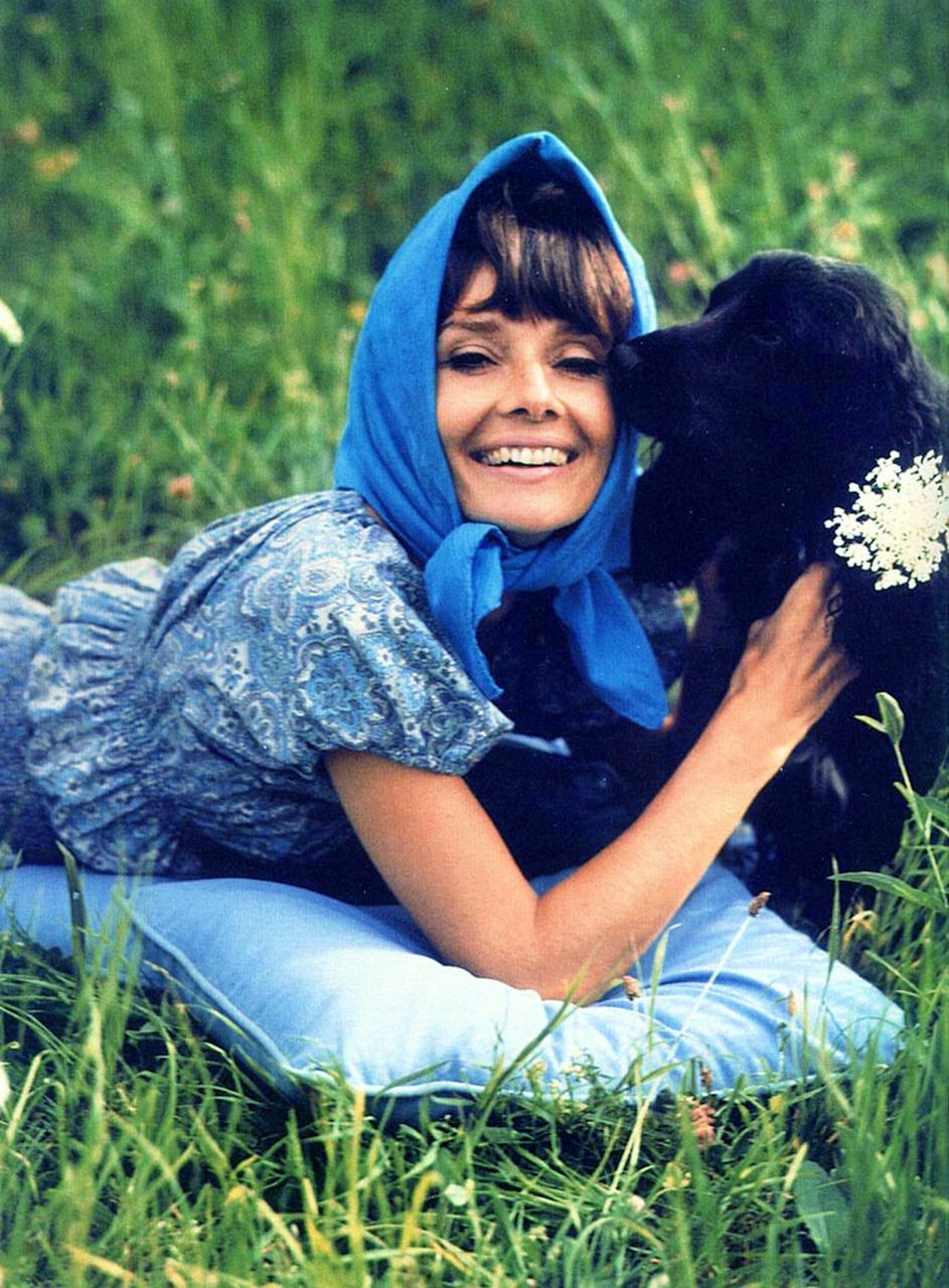 Thời trang Hè - Audrey Hepburn mặc đồ xanh, quấn khăn lụa xanh
