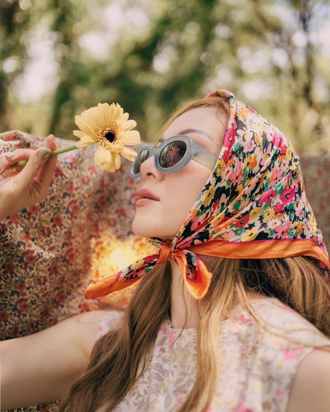 Thời trang mùa Hè - Yến Nhi buộc khăn lụa in hoa