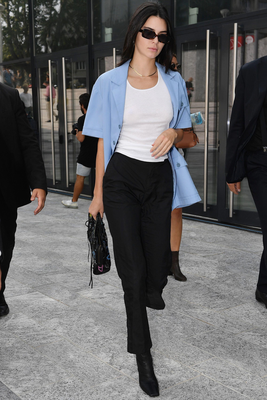 Kendall Jenner phối áo blazer tay ngắn với áo thun và quần dài