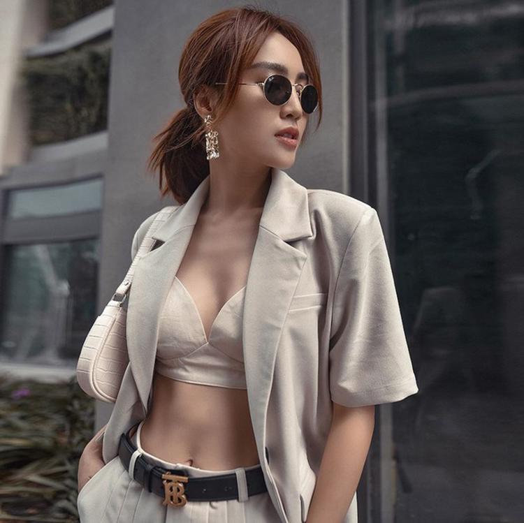 Ninh Dương Lan Ngọc phối bra với áo blazer tay ngắn