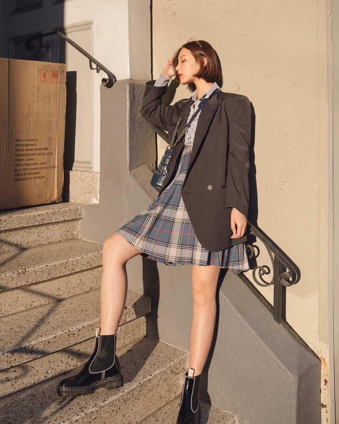 giày boots cao cổ vintage aesthetic đầm kẻ caro áo blazer