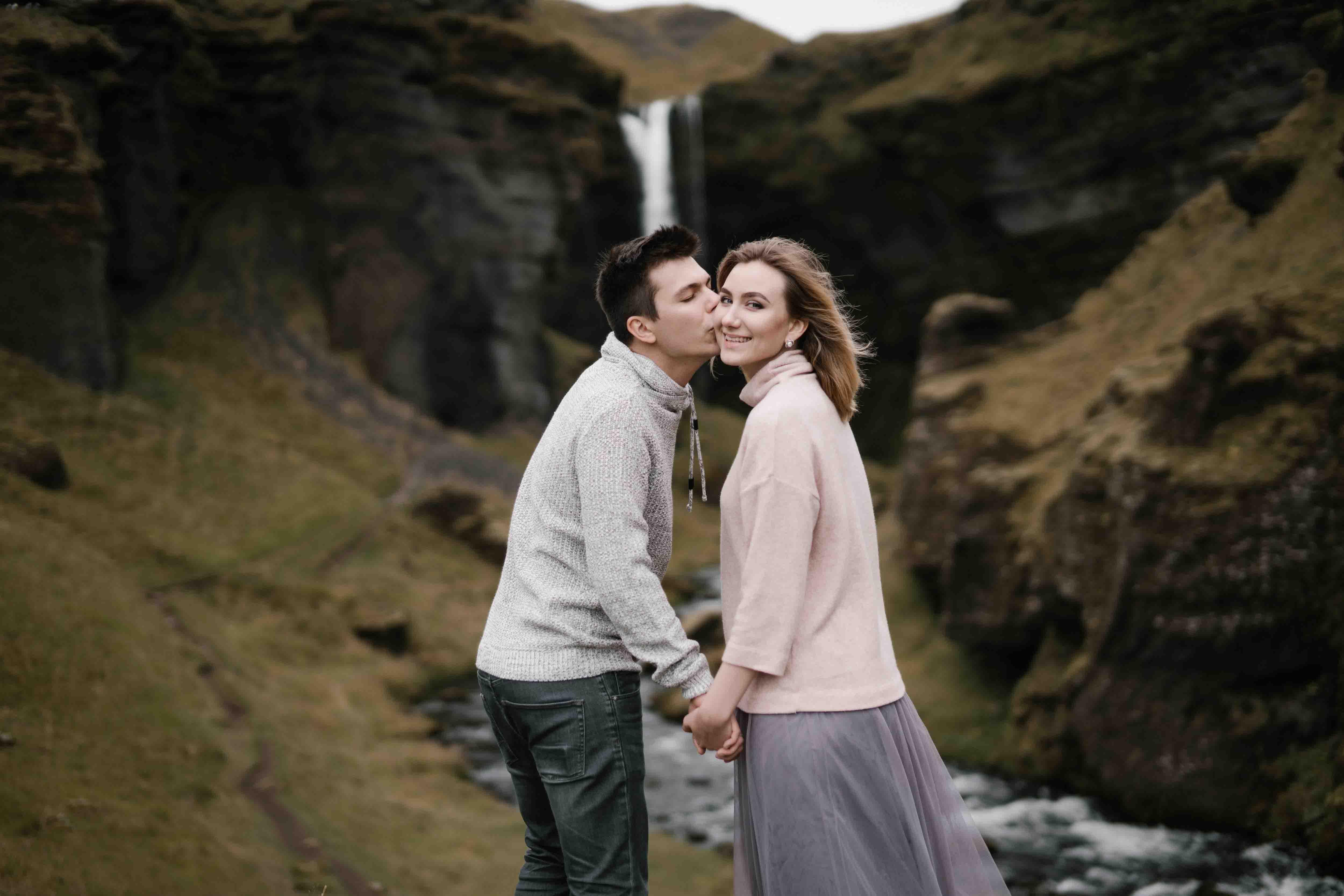 chàng trai hôn cô gái thể hiện tình yêu
