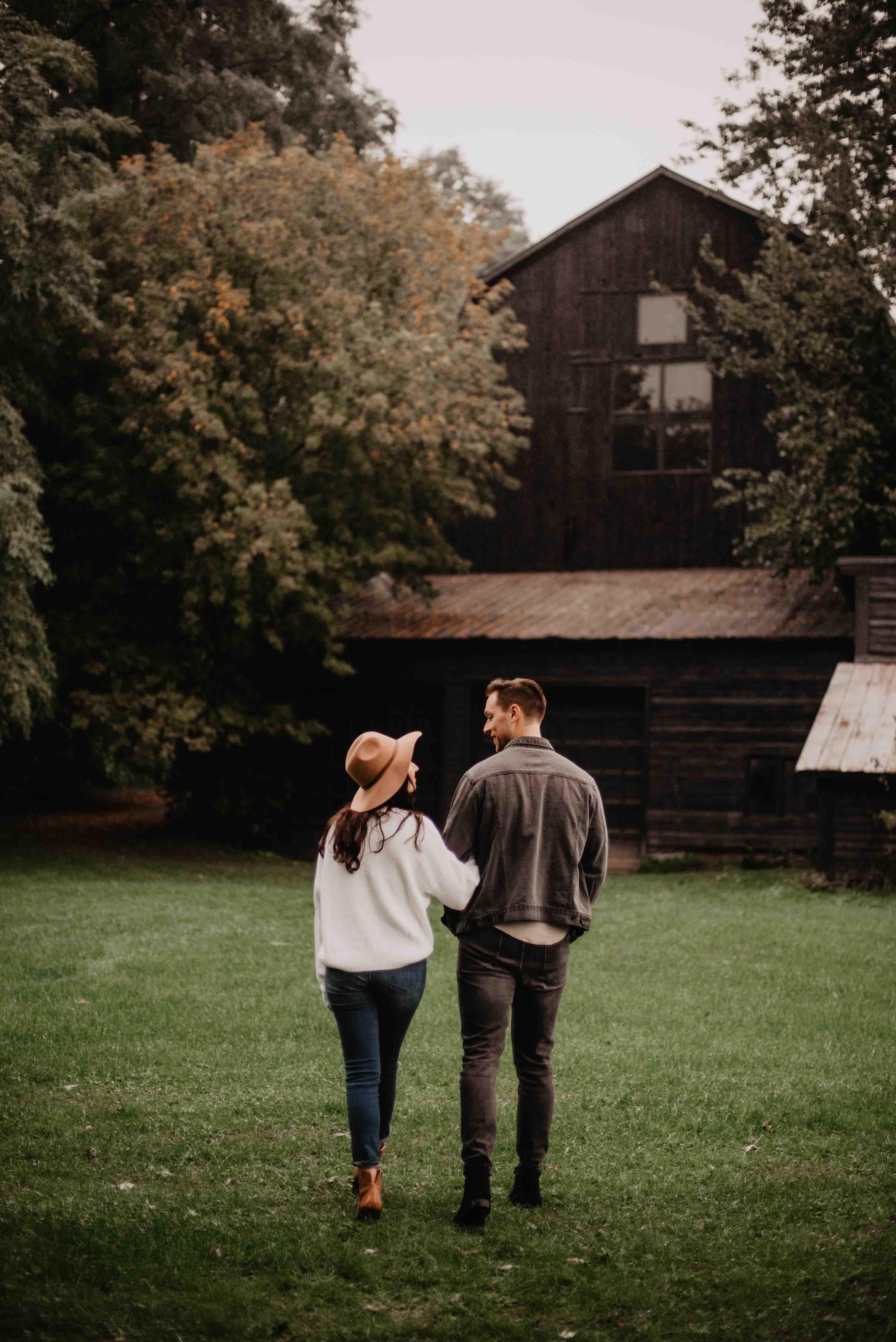 chàng trai và cô gái dứng trên cánh đồng cỏ