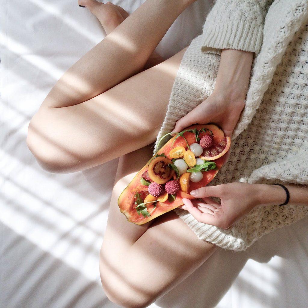 Áp dụng chế độ ăn lành mạnh cải thiện mùi khó chịu.