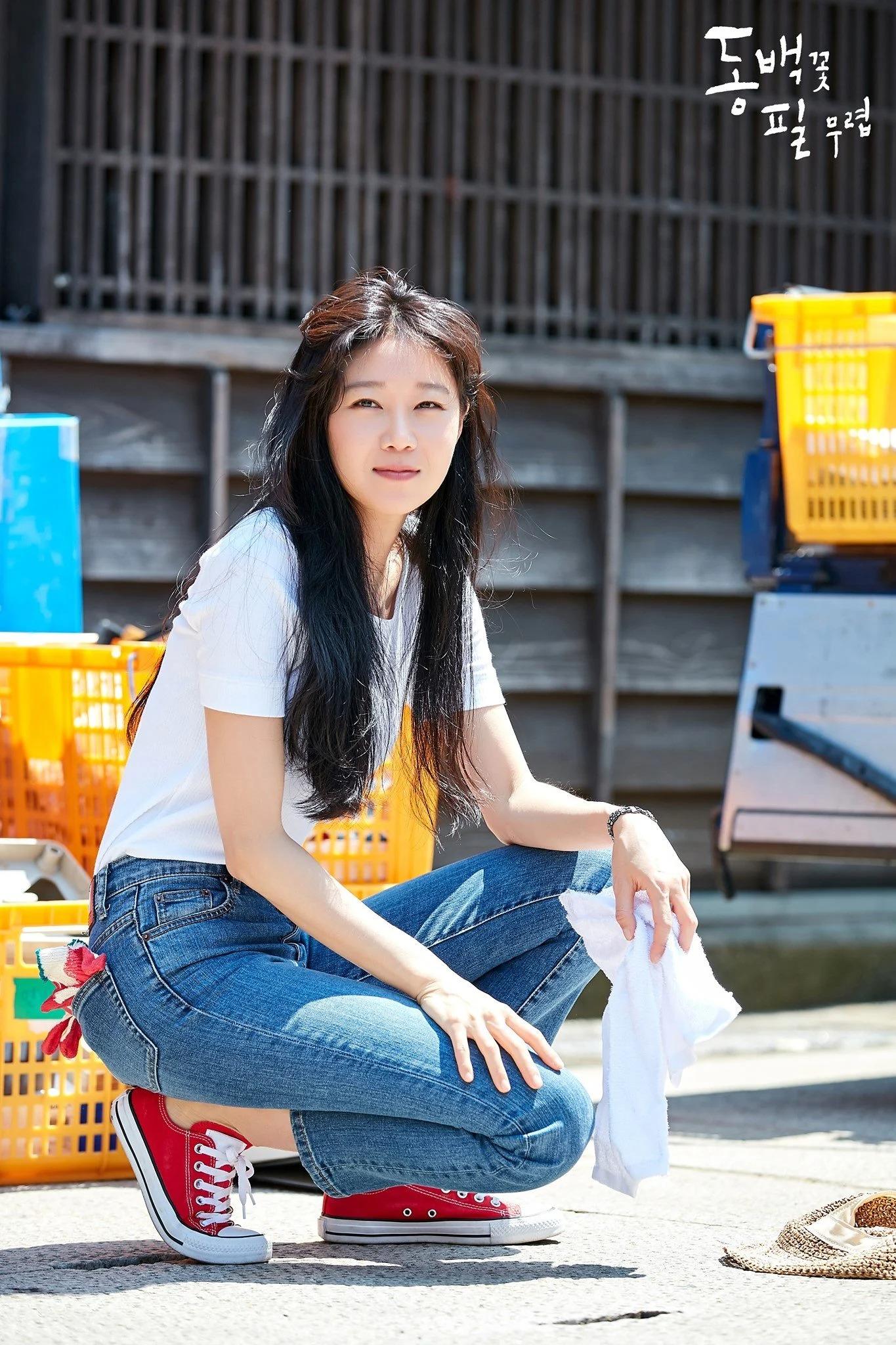 Thời trang trong phim khi hoa trà nở - Gong Hyo Jin mặc áo thun quần jeans mang giày converse
