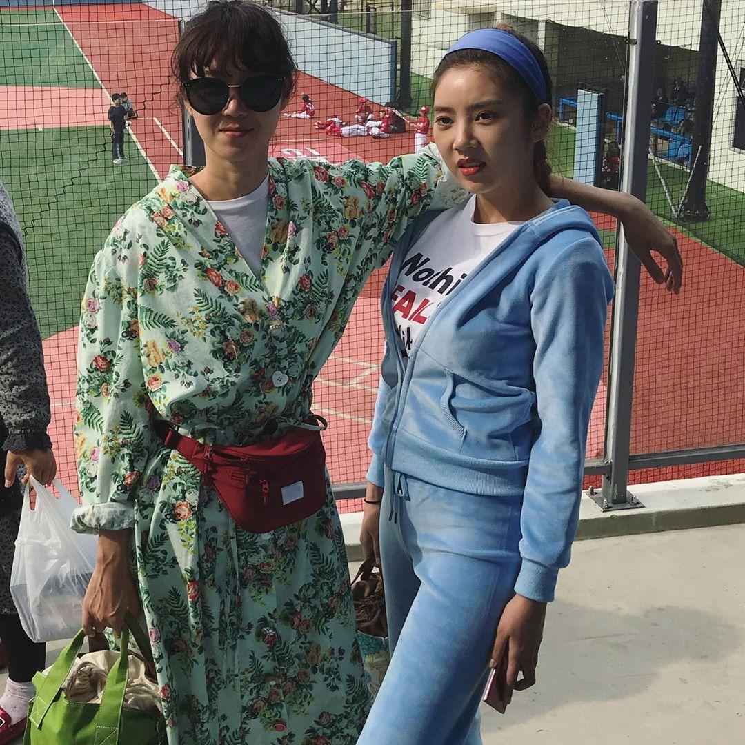 Thời trang trong phim khi hoa trà nở - Gong Hyo Jin mặc trang phục in họa tiết nhiệt đới, đeo túi bao tử màu đỏ