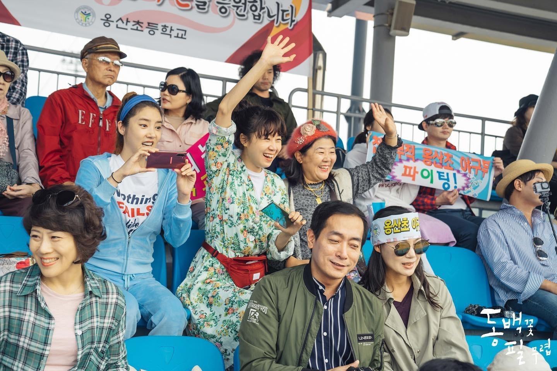 Thời trang trong phim khi hoa trà nở - Gong Hyo Jin mặc trang phục in họa tiết nhiệt đới, đeo túi bao tử