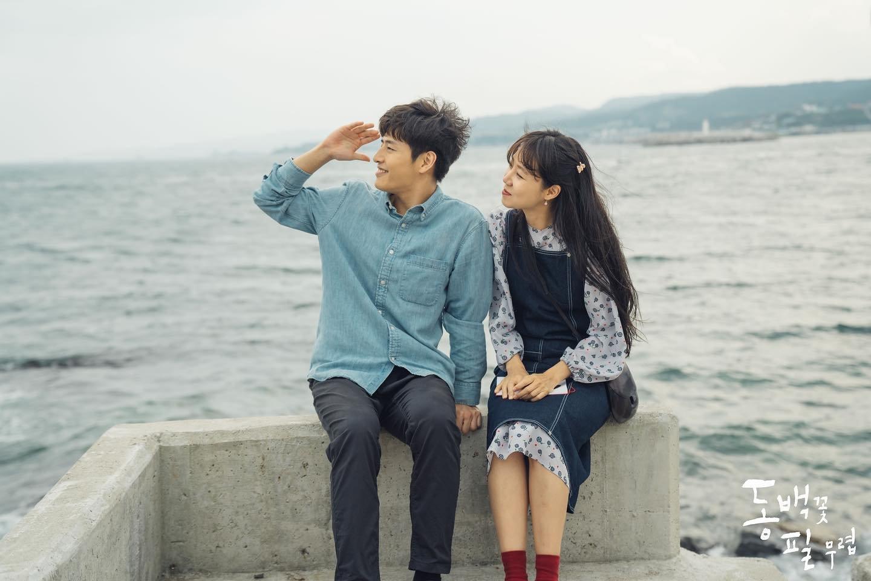 Thời trang trong phim khi hoa trà nở - Gong Hyo Jin mặc đầm yếm denim