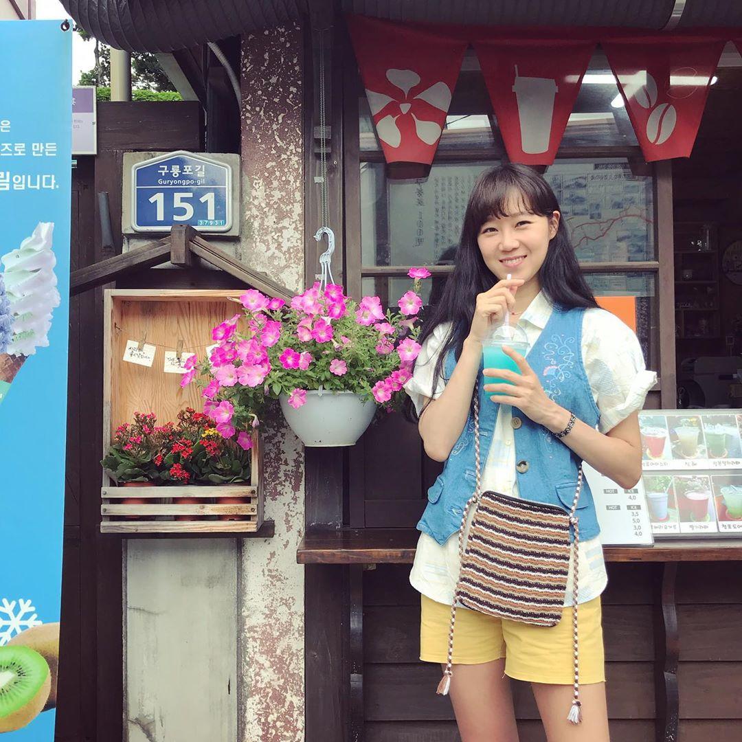 Thời trang trong phim khi hoa trà nở - Gong Hyo Jin mặc áo ghi lê denim, sơ mi trắng và quần shorts vàng