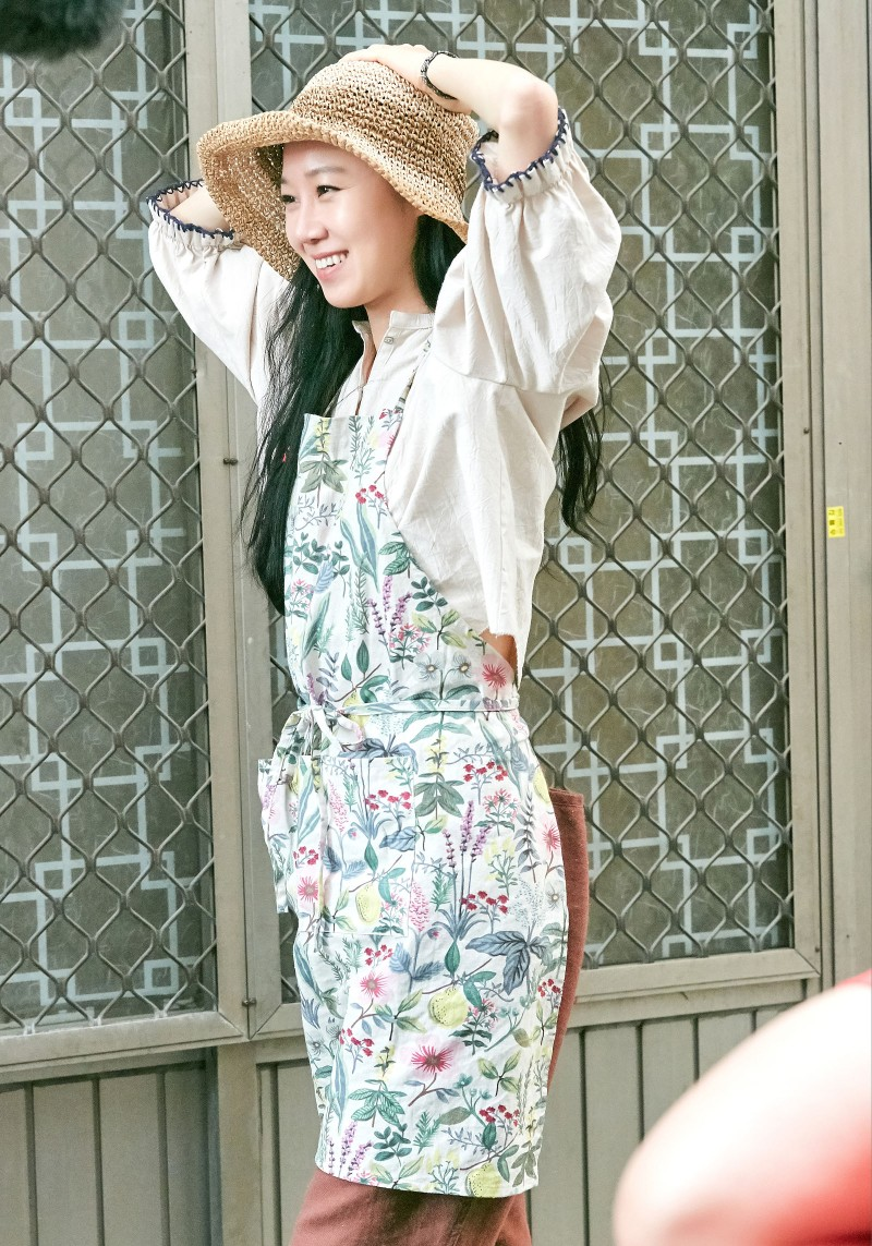 Thời trang trong phim khi hoa trà nở - Gong Hyo Jin mặc áo tay phồng đội mũ cói