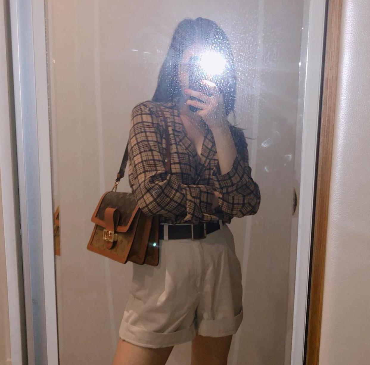 Sunmi mặc quần short ống rộng và sơ mi với thắt lưng bản to