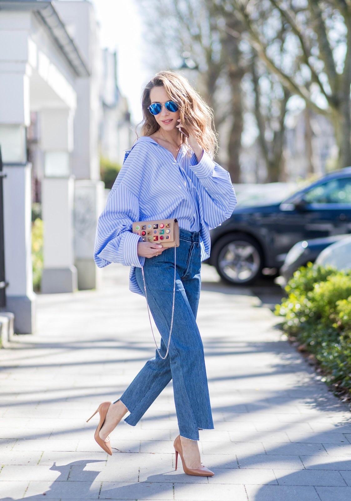 áo sơ mi kẻ sọc mặc cùng quần jeans ống loe alexanda lapp