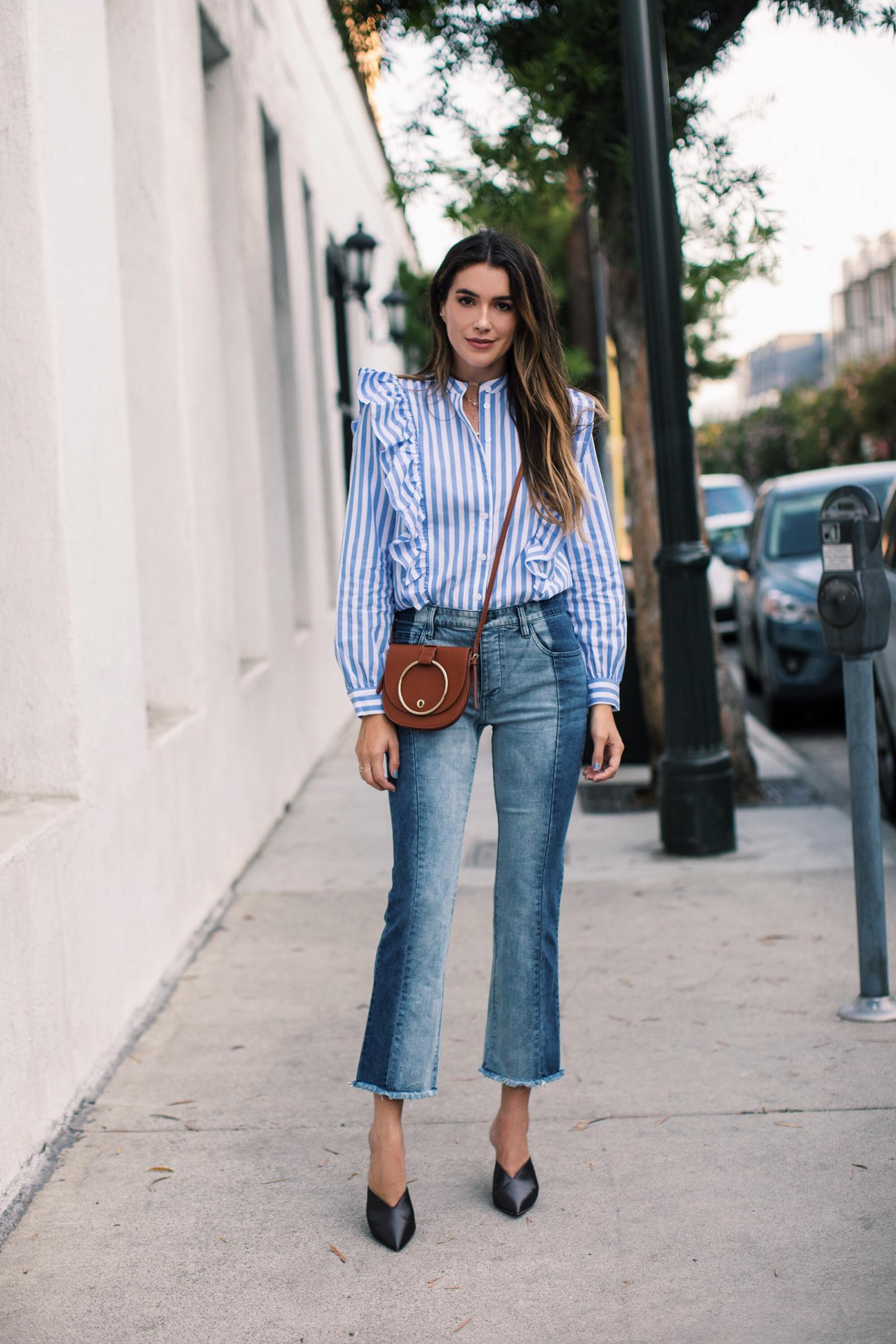 áo sơ mi kẻ sọc mặc cùng quần jeans ống loe brittany xavier