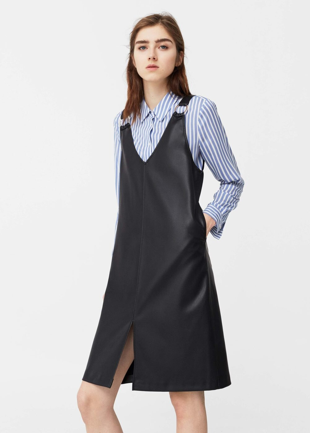người mẫu mango mặc áo sơ mi kẻ sọc với yếm váy da đen
