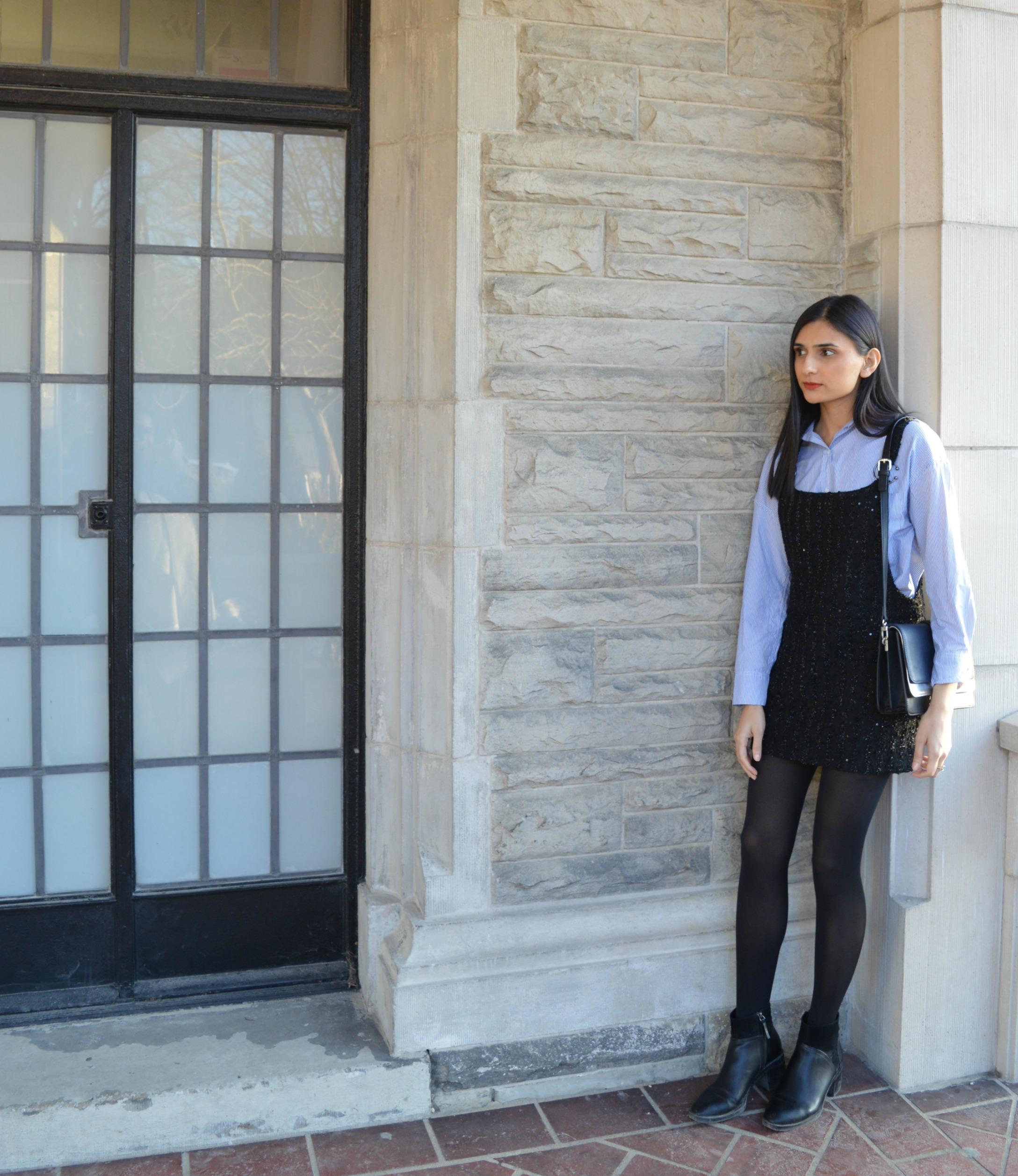 áo sơ mi kẻ sọc mặc cùng yếm váy đen phong cách preppy