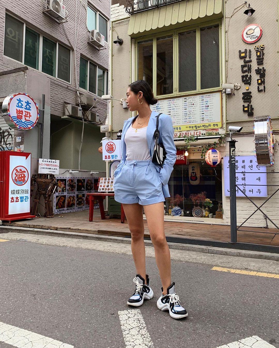 Aimee Song mặc âu phục shorts màu xanh baby