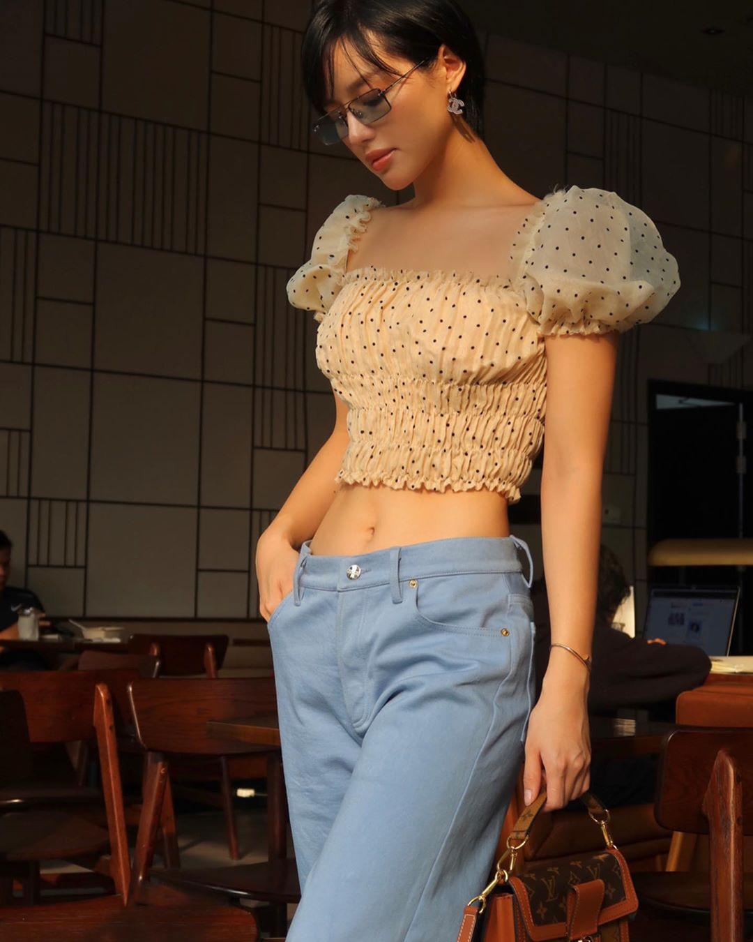Khánh Linh mặc croptop voan và quần âu xanh baby