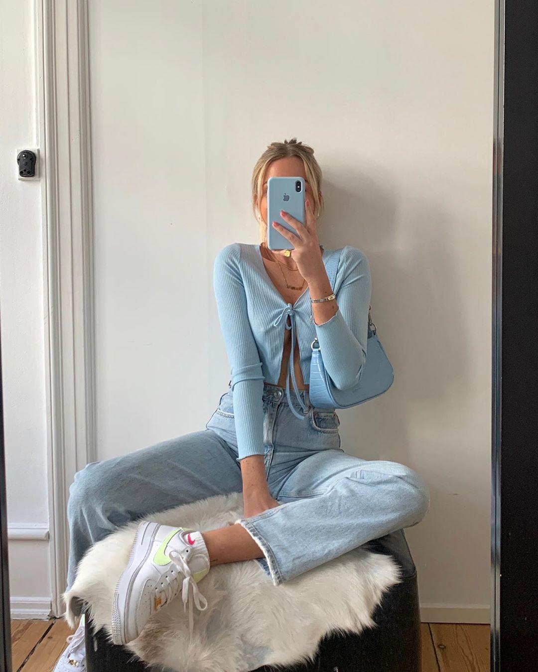 Áo croptop xanh baby và quần jeans ống rộng