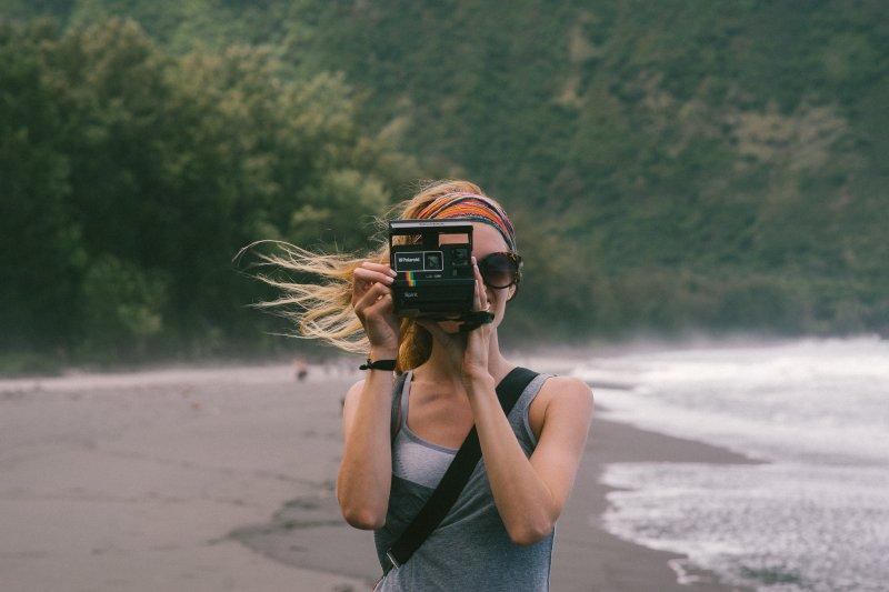 cô gái cầm máy ảnh để không cảm thấy nhàm chán