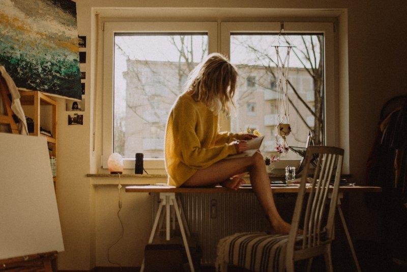nhàm chán cô gái ngồi bên cửa sổ