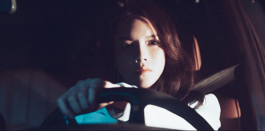 Lý Nhã Kỳ lái xe