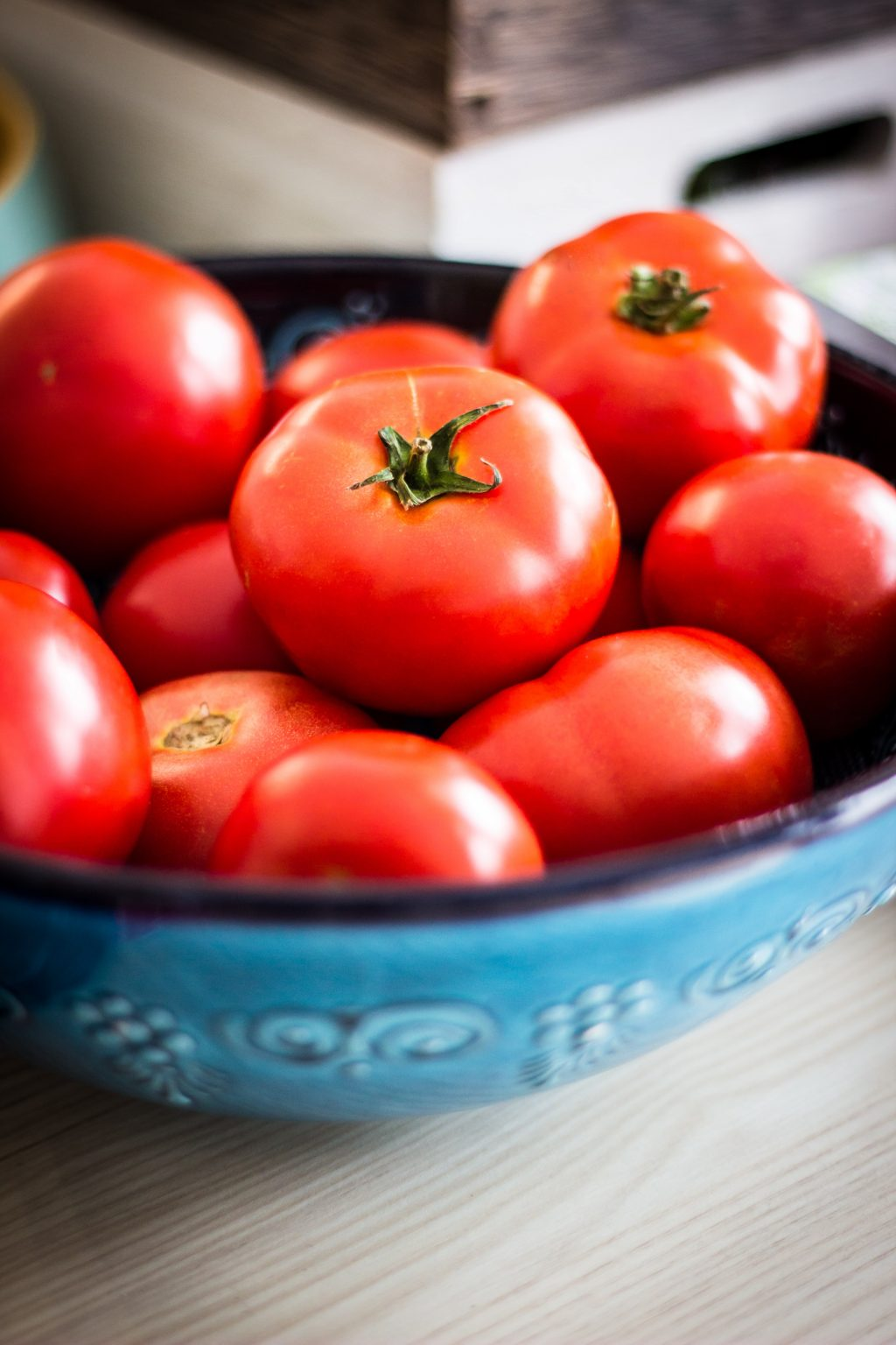 Cà chua căng mịn trong tô