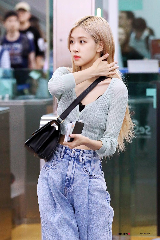 Rose mặc áo cardigan xanh và quần jeans ống rộng