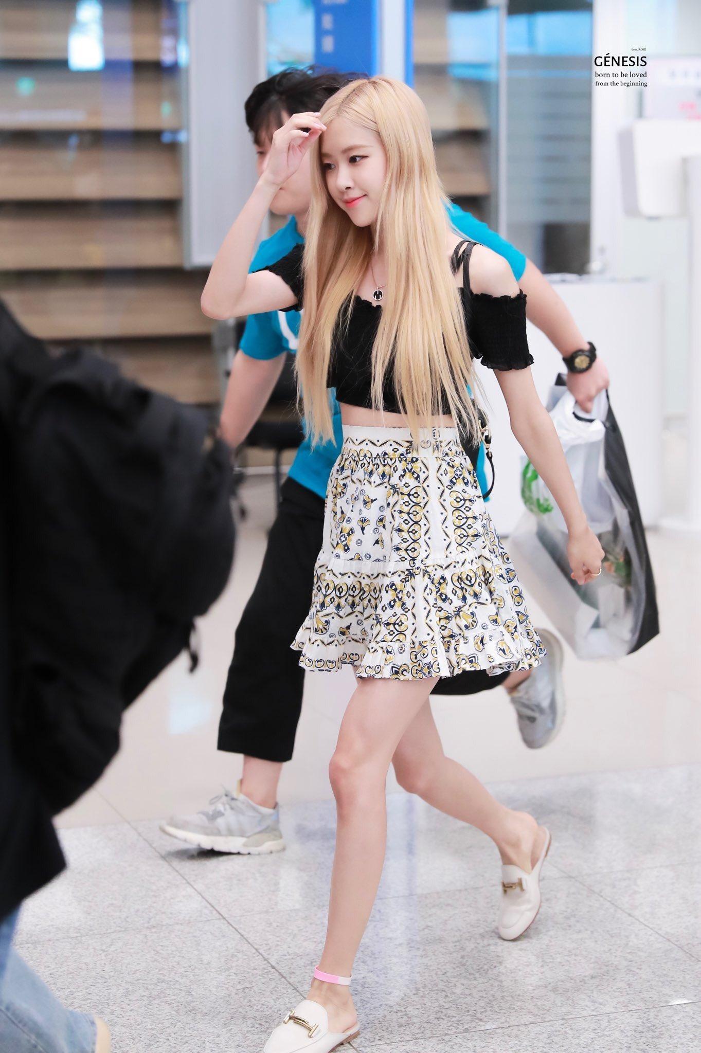 Rose mặc chân váy họa tiết, áo trễ vai đen